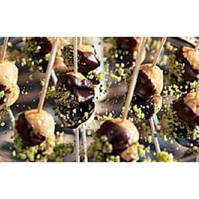 Bombón de foie, chocolate y pistachos verdes